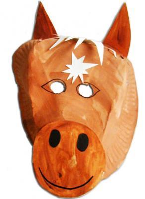 Masque de cheval fait avec une assiette en carton