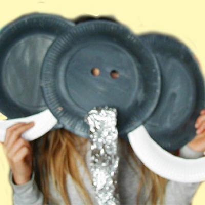 Bricolage pour réaliser un masque d'éléphant avec des assiettes en carton