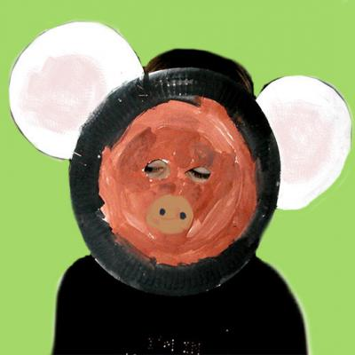 Enfant portant un masque d'ours