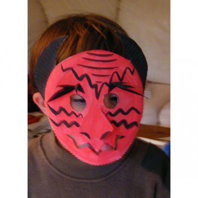 Garçon au masque de diable