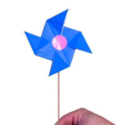 Voici un pliage origami qui vous permettra de fabriquer un moulin avec un pliage origami. Ce moulin en papier sera parfait pour que votre enfant puisse jouer avec le vent. Le moulin en origami pourra tourner avec le vent ou avec l'air soufflé avec la bouc