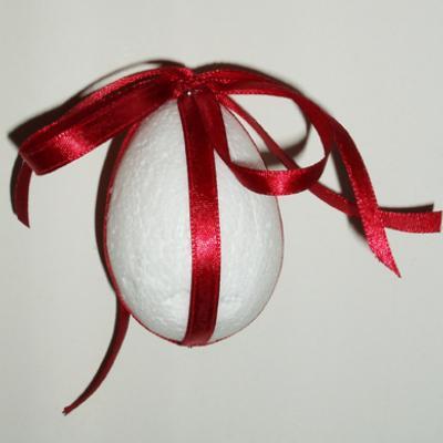 Réaliser un oeuf de Pâques décoré d'un petit noeud noué