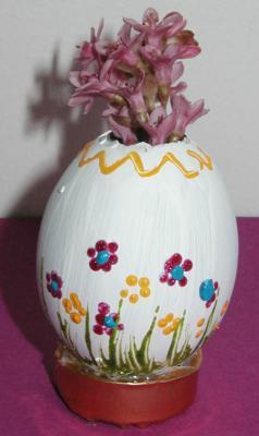 Oeuf transformer en mini vase pour les fleurs