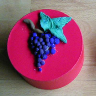 Boîe d'automne décorée d'une grappe de raisin en pâte à modeler