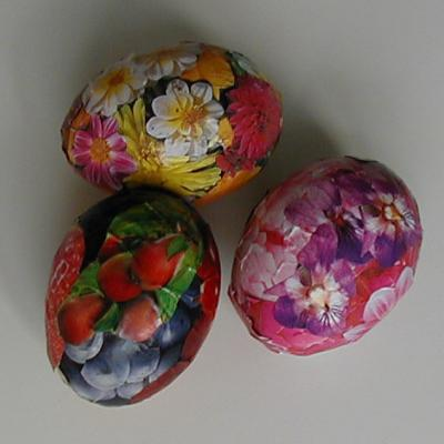 Oeufs de Pâques décorés de motifs découpés dans du papier