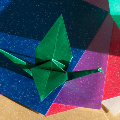 L'origami est une activité manuelle qui consiste à plier des feuilles de papier pour en faire un objet ou animal en 3D. Cet art permet de développer certaines capacités cérébrales comme la dextérité ou encore la concentration. Un véritable outil pédagogiq