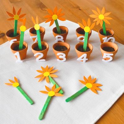 Une activité manuelle et pedagogique pour apprendre à compter selon la méthode Montessori. Ce jeu a pour but de mettre la bonne fleur dans son pot en comptant ses pétales, Un jeu pour exercer la motricité fine de l'enfant en autonomie.