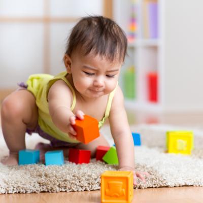 Les cubes sont des jouets qui font appel à l'intelligence de l'enfant. Par le jeu de cube, l'enfant va mettre en action les trois opérations mentales fondamentales: Observer, Comprendre, et Agir. Vers l'âge de 3/4 mois b&am