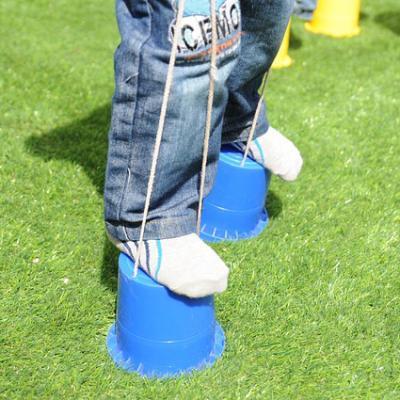 La course d'échasses est un jeu traditionnel que l'on retrouve souvent dans les kermesses. Il faut faire la course sur des échasses faites en boîtes de conserves et cordes, le tout sans poser le pied à terre ! Retrouvez également des tas d'autres jeux de