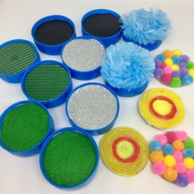 Ce loto tactile permettra à vos enfant de développer leurs sens de façon ludique en développant la sensibilité tactile. Ce jeu permettra aux enfants de découvrir différentes matières grâce à la méthode Montessori.