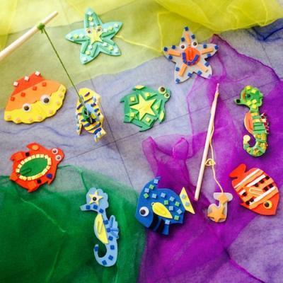 Bricolages pour fabriquer des jouets avec ou pour les enfants. Retrouvez le plaisir des jouets fabriqués à la maison avec du carton, des emballages recyclés, des fruits séchés d'automne ou des fournitures de base simples comme des boules de coton, des bât