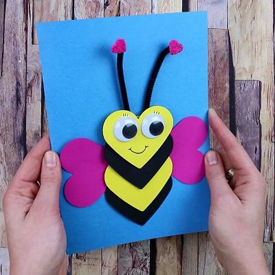 une activité pour réaliser étape par étape une carte abeille en coeur.