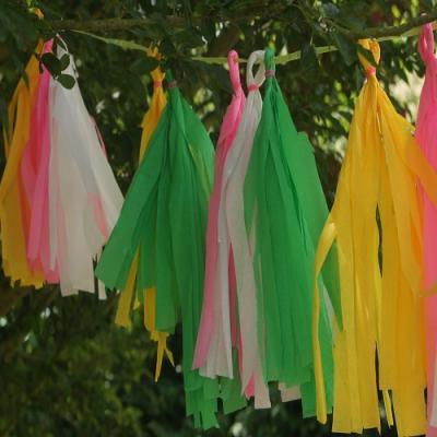 Activité de bricolage enfants pour réaliser une guirlande de fête en papier crépon
