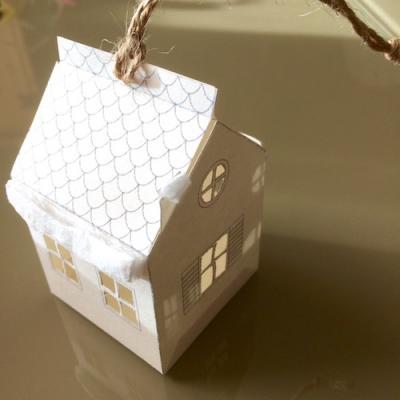 Un tuto pour réaliser un petit chalet en papier à suspendre pour un sapin ou arbre de Noël
