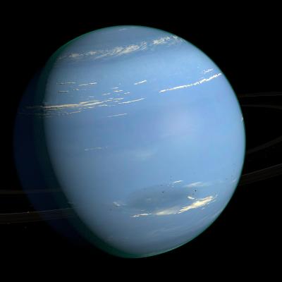Neptune est une planète de taille comparable à Uranus. Après la découverte d'Uranus, les scientifiques intrigués par certaines anomalies ont déduits qu'une autre planète devait e