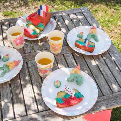 Activité de bricolage enfants pour réaliser une vaisselle en carton aux motifs de feux d'artifice
