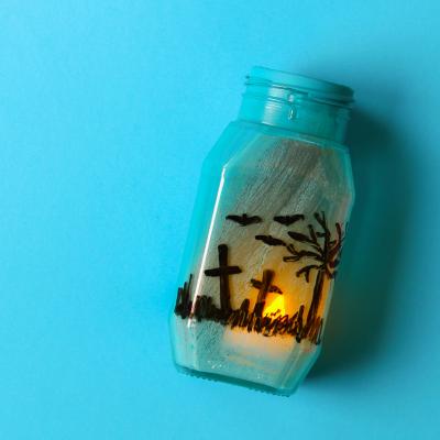 Voici une lanterne Halloween en pot en verre à réaliser très facilement avec les enfants pour Halloween.