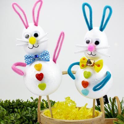 Bricolage de décoration de Pâques parfait pour la maison et le jardin pour le week-end de Pâques. C'est une décoration de Pâques vraiment mignonne et en plus il est possible de le personnaliser afin de fabriquer une vraie famille de lapins dans votre jard