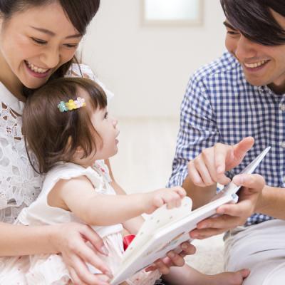 L'apprentissage du langage démarre dès les premières heures de vie et bien avant déja dans le ventre de maman. Bébé apprend sa langue par immersion complète dans sa lan