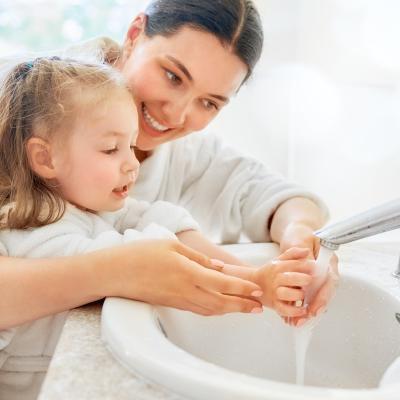 Se laver les mains un geste simple mais à condition de le faire correctement. Si dans la majorité des cas un lavage des mains mal fait est sans conséquence, il est indispensable de bien se laver les mains pour é