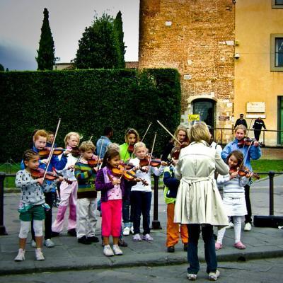 Le chef d'orchestre est un jeu d'observation très amusant pour les enfants ! On le retrouve souvent dans les centres aérés. Il est idéal à jouer lorsque les enfants se retrouvent à plusieurs comme au centre aéré ou pendant un anniversaire.