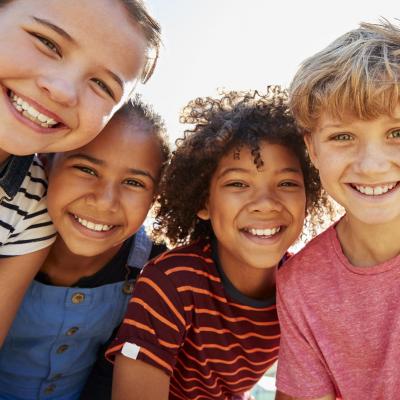 Le premier droit d'exister d'un enfant est justement d'être un enfant. L'article 1 de la Convention internationale des droits de l'enfant explique clairement ce qu'est un enfant. Un enfant est un être humain, mais il n'est pas pour aut