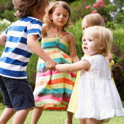 Le jeu de ronde du muguet est un jeu pour maîtriser son corps et ses émotions sur le thème du 1er mai et de la fête du travail. Les enfants récitent une petite comptine et s'arrêter à la fin. Le premier qui bouge ou qui rit a perdu.