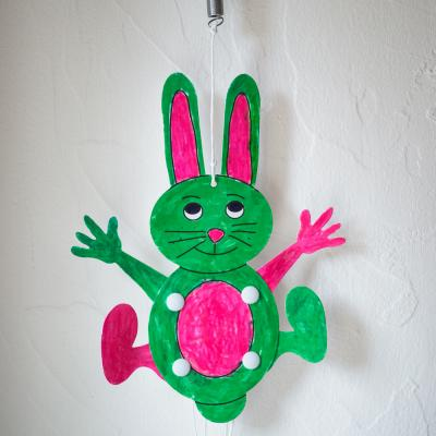 Ce lapin de Pâques rebondissant en papier cartonné est une activité manuelle à réaliser avec les enfants à partir de 2 ans à l'approche de Pâques. Une activité amusante qui fera une jolie décoration de Pâques dans la maison. Un lapin articulé qui bouge se