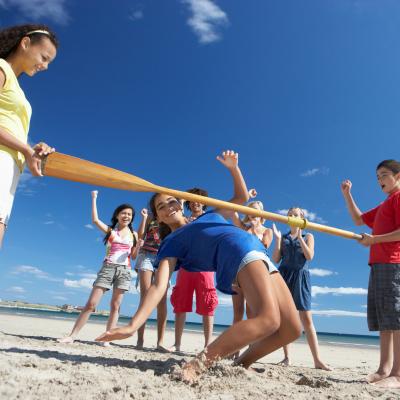 Le limbo est un des jeux d'équilibre les plus connus dans le monde. Il se pratique généralement à plusieurs, le jeu consiste à passer sus un bâton tenu par deux personnes, le buste tourné vers le haut, sans toucher le bâton ou le sol ni tomber par terre.