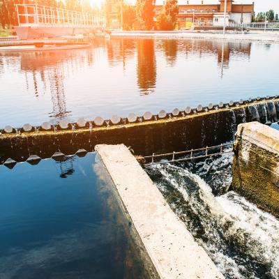Dans de nombreux pays l'eau est dangereuse pour les êtres humains. Dès lors qu'il n'existe pas de structures d'assainissement des eaux comme les égouts et les stations d'épuration, les eaux sales sont directement