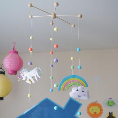 activité de bricolage enfants pour réaliser un mobile licorne arc-en-ciel