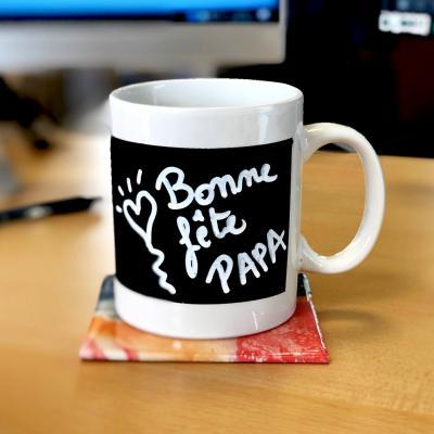 Découvrez comment réaliser ce superbe mug à offrir.C'est une activité très simple à réaliser pour la Fête des pères, la Fête des mères, pour Noël ou pour toute autre occasion.