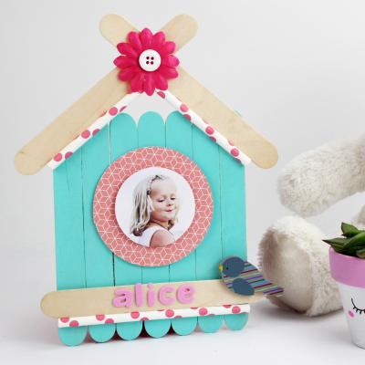 Comment réaliser en nichoir en bâtonnets       en bois ? Un DIY simple, coloré et personnalisable afin de réaliser une activité que les enfants adoreront. Un bricolage parfait à réaliser pour fêter le Printemps.