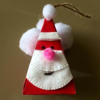 Activité pour réaliser un père Noël en papier à suspendre pour une décoration de Noël