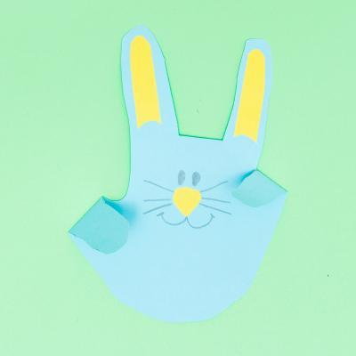 Comment faire un lapin à partir de papier et de la forme d'un main ? Découvrez comment faire ce bricolage très simple et très rigolo qui ne nécessite que très peu de matériel et qui est parfait pour Pâques.