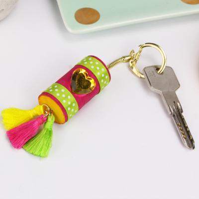 Une activité manuelle pour réaliser un porte-clés pour la fete des peres et la fete des meres. Un cadeau facile et rapide à fabriquer pour les enfants. Un bricolage économique et récup' grâce au bouchon en liège.