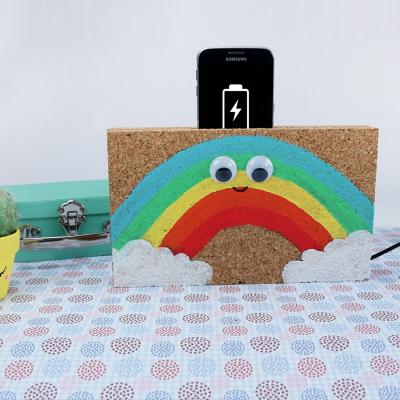 activité de bricolage enfants pour réaliser un porte smartphone en liège