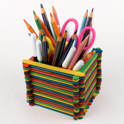 Activité de bricolage enfant pour réaliser un pot à crayons en bâtonnets de bois