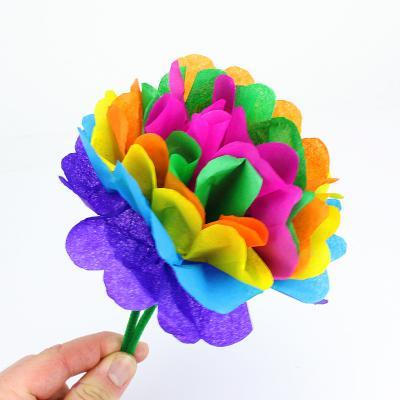 Comment réaliser une fleur en papier de soie ? Voici une méthode simple et rapide à suivre pour réaliser une fleur en papier de soie afin de fêter le printemps avec les enfants de tout âge.
