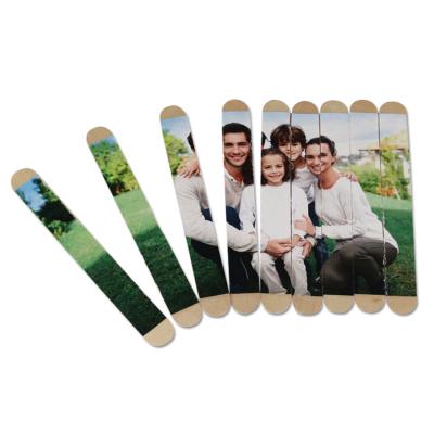Activité de bricolage enfant pour réaliser un puzzle photo en bâtonnets de bois