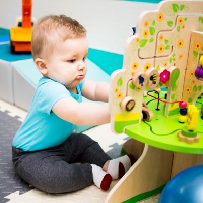 Quelles activités d'éveil pour son bébé. Quels jeux peut-on faire avec un jeune enfant ? Cette phrase est souvent posée par de jeunes parents, qui ne savent pas toujours quelles activités p