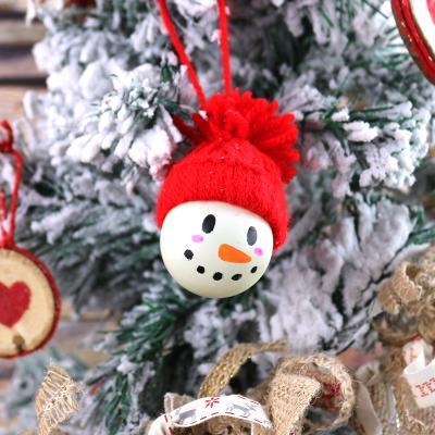 Découvrez comment réaliser des boules ou suspensions de Noël qui ressemblent à des bonhommes de neige très mignons à partir de balles de ping-pong. C'est une activité rapide à faire et qui sera parfaite pour la période de Noël.