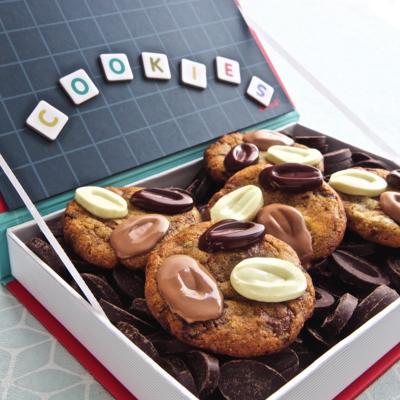Voici la recette des cookies de Victor de Christophe Michalak ! Hyper simple, vous pouvez aussi la retrouver dans le livre de ce grand chef dédié aux enfants : La pâtisserie en famille.
