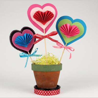 activité de bricolage pour enfants afin de réaliser des fleurs en coeur d'amour