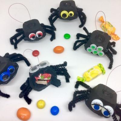 Ces jolies suspensions d'Halloween sont composées d'araignées. Ils forment une guirlande monstrueusement gourmande pour fêter Halloween. A accrocher dans la maison pour le passage de vos petits monstres le jour d'halloween et pour leur plus grand plaisir
