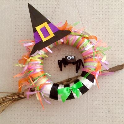 Une jolie couronne de sorcière d'Halloween à accrocher sur sa porte d'entrée le soir de la chasse aux bonbons à Halloween. Les enfants adoreront voir cette couronne d'Halloween avec son chapeau de sorciere et son araignée devant la porte d'entrée avant de