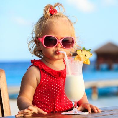 Il est important de protéger les yeux des enfants avec des lunettes de soleil. Les les UVA et les UVB peuvent endommager l'œil, surtout ceux des enfants.
