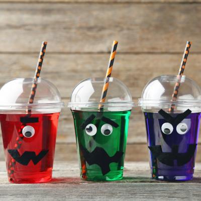 Voici une boisson très simple à réaliser mais qui sera parfaite pour Halloween. Les enfants voudront absolument essayer de boire tous les monstres et seront ravis de découvrir de nouvelles saveurs.