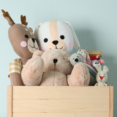 Les peluches sont le jouet favorie de bébé ! Les peluches sont les premiers compagnons d'un enfant, dès la naissance voir avant, les premiers cadeaux et les premiers achats pour bébé sont souvent des