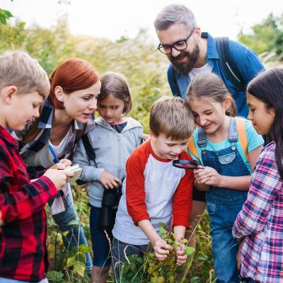 Les sorties scolaires et extra-scolaires sont importantes pour le développement de vos enfants. On vous explique pourquoi mais aussi le cadre légal de ces sorties et vos obligations en tant que Parent.